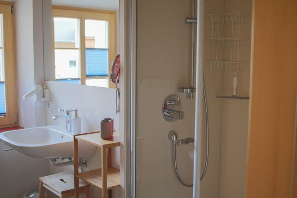 Dusche und Waschbecken in der Ferienwohnung Spitzenstein