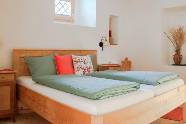 Schlafzimmer mit traditionellem Holzbett