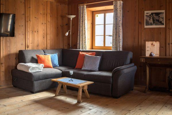 Couch in der grosszügigen Wohnküche der Fewo Spitzen Stein
